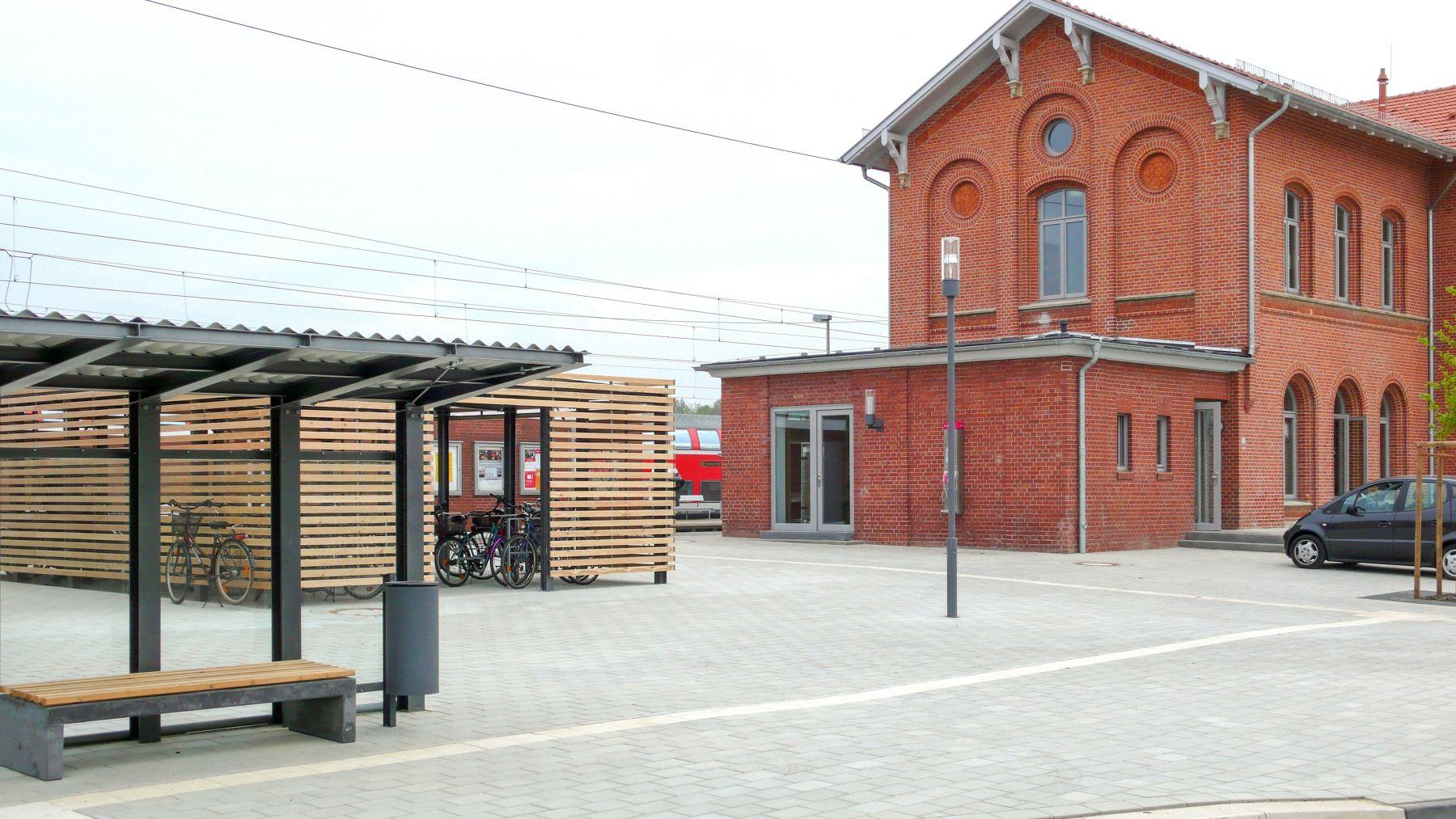 Bahnhofsgebäude und -Vorplatz in Barnstorf