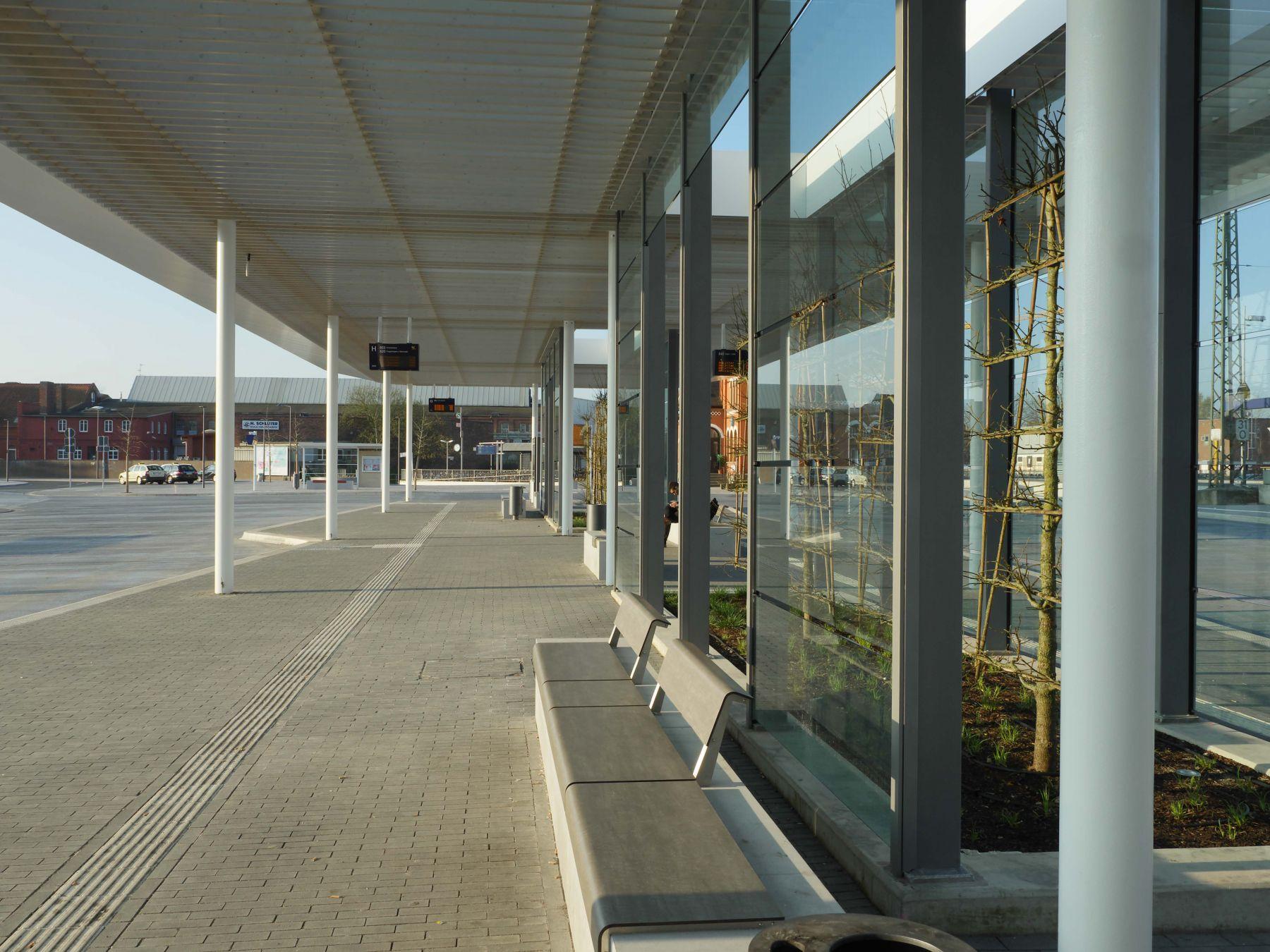Dach und Servicegebäude am ZOB Neustadt-Rbge
